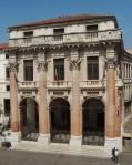 25 Loggia del Capitanato, vanaf de Basilica